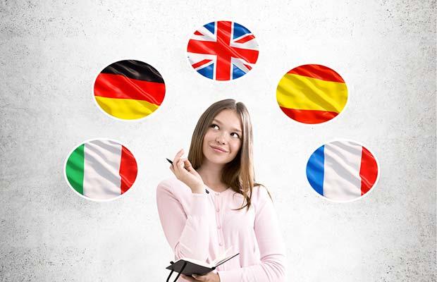 Cuid. Joven rodeada de cinco banderas pensando.