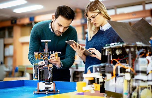 Grado en Ingeniería Mecánica. Dos jóvenes trabajando en proyecto.