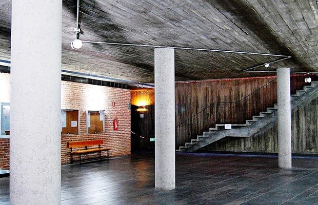 Sede Escuelas Pías. Vestíbulo y al fondo escaleras.