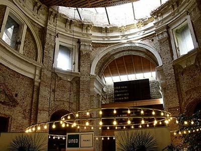 """Interior de la Biblioteca de las Escuelas Pías, orla de luces y parte del lucernario de la """"torre""""."""