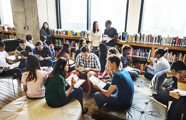 Representacion de estudiantes. Grupo de estudiantes en sala de Biblioteca, charlando en grupos (0).