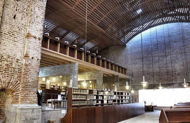 Interior de la Biblioteca de las Escuelas Pías, foto tomada desde la orla de luces hacia la cristalera de C/Mesón de Paredes (0).