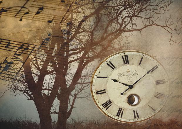 Sobre un árbol vuela una partitura y a la derecha la imagen de un reloj antiguo.