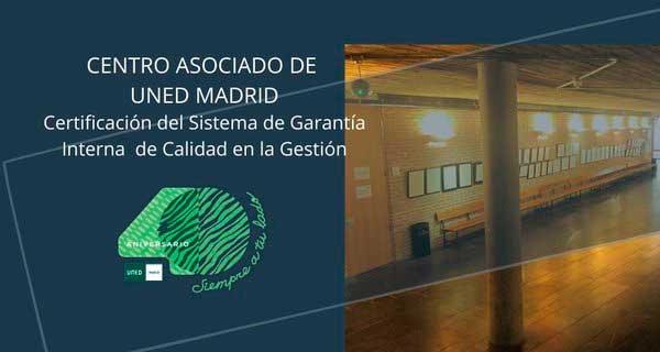 El Centro Asociado a la UNED en Madrid ha renovado la certificación del Sistema de Garantía Interno de Calidad en la Gestión (SGICG-CA) obtenida en 2018, junio 2020. Sobre fondo azul se anuncia la obtención de la renovación de la Certificación del Sistema de Garantía Interno de Calidad...,incluido el logo 40 Aniversario, margen derecho imagen del vestíbulo de Escuelas Pías.